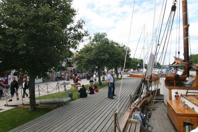 Folkvang ved kai i Søndrekjøping. Det var stor inntresse fra skuelystene som var å så på Folkvang. Det var mange ville vite hvor vi kom fra, og historien til båten.