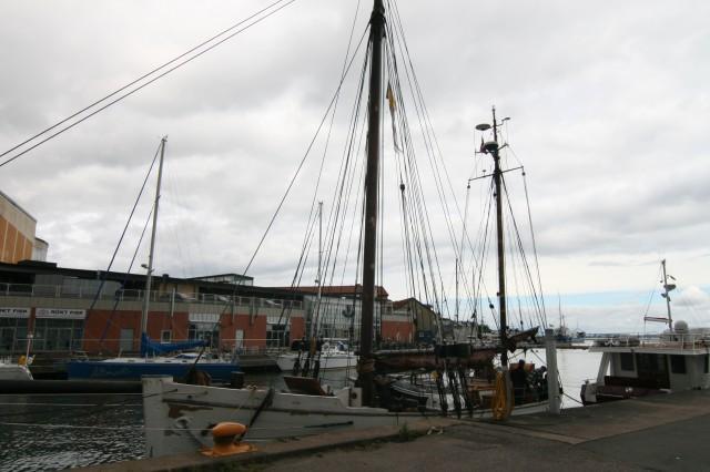 Her er ligger Folkvang i gjeste havnen i Kalmar. Det vises på båten at vi har vært ut i hart vær.