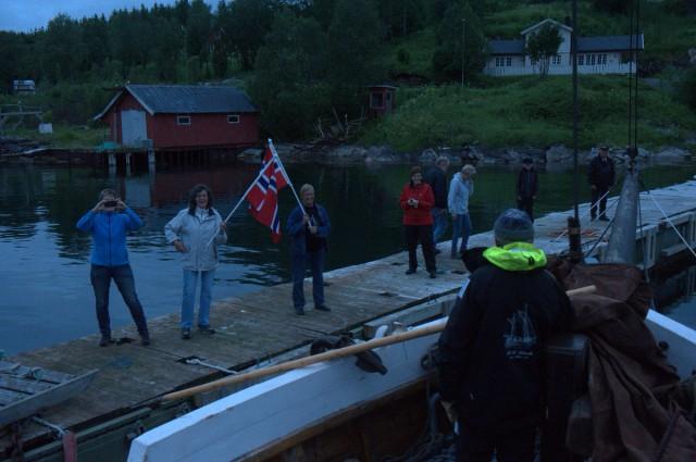 Her blir vi mottat av familie og venner i Grovfjord.