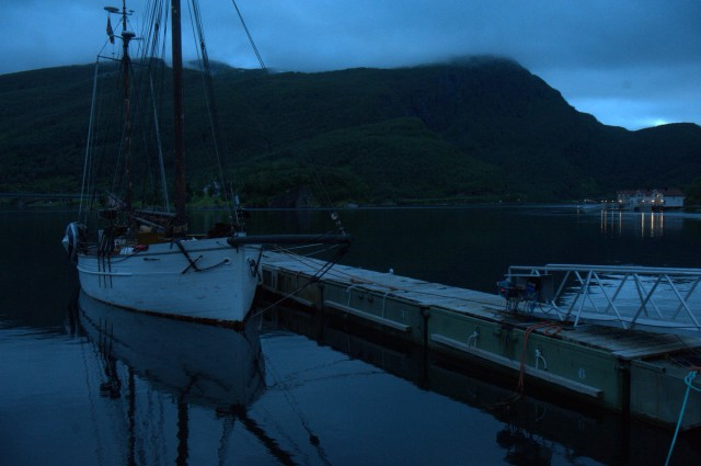 Folkvang vel fortøyd ved flytebrygga ved Huset i Havet i Grovfjord.